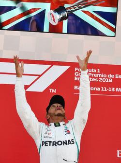 Yarışın kazananı Lewis Hamilton zaferini podyumda kutluyor, Mercedes-AMG F1