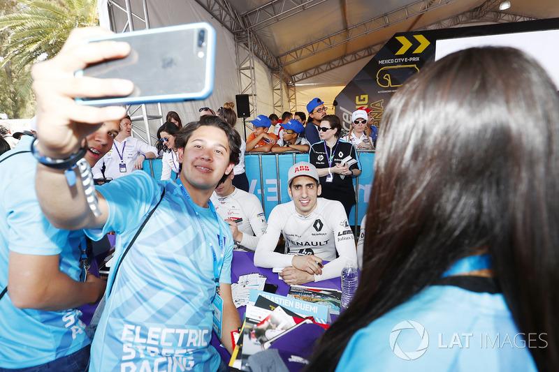 Sébastien Buemi, Renault e.Dams, poses for a selfie with a fan