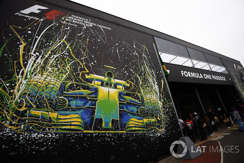 Assim era a entrada do paddock em Interlagos.