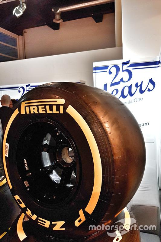 Il Sauber F1 Team al salone Auto Zürich il primo novembre, pneumatico Pirelli