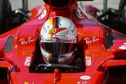 El ganador de la carrera de Brasil, Sebastian Vettel, Ferrari, se sube a su coche en Parc Ferme