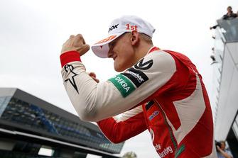 Подіум: переможець Мік Шумахер, PREMA Theodore Racing Dallara F317 - Mercedes-Benz