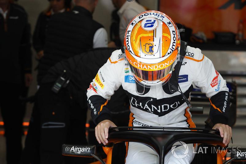 Stoffel Vandoorne, McLaren, monte dans sa monoplace