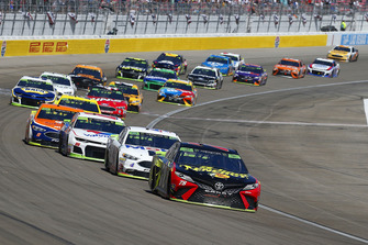Martin Truex Jr., Furniture Row Racing, Toyota Camry 5-hour ENERGY y Kevin Harvick, Stewart-Haas Racing, Ford Fusion Mobil 1