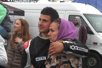 Владислав Феоктистов з дружиною дивляться нагородження