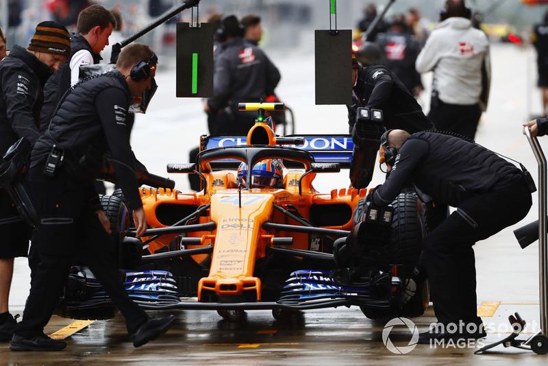 Lando Norris, McLaren MCL33, dans les stands durant les essais