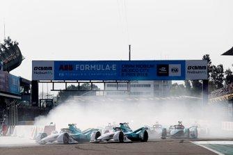 Oliver Turvey, NIO Formula E Team, NIO Sport 004 leads Tom Dillmann, NIO Formula E Team, NIO Sport 004 and Mitch Evans, Panasonic Jaguar Racing, Jaguar I-Type 3