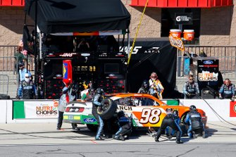 Chase Briscoe, Stewart-Haas Racing, Ford Mustang Nutri Chomps / C-A-L Ranch pit stop