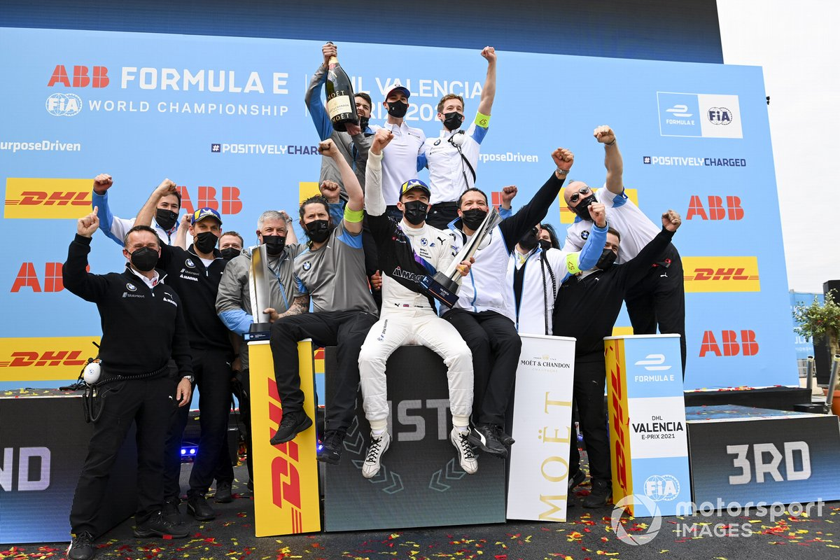 Race Winner Jake Dennis, BMW i Andretti Motorsport celebtrates with the BMW I Andretti Motorsport team on the podium with the trophy