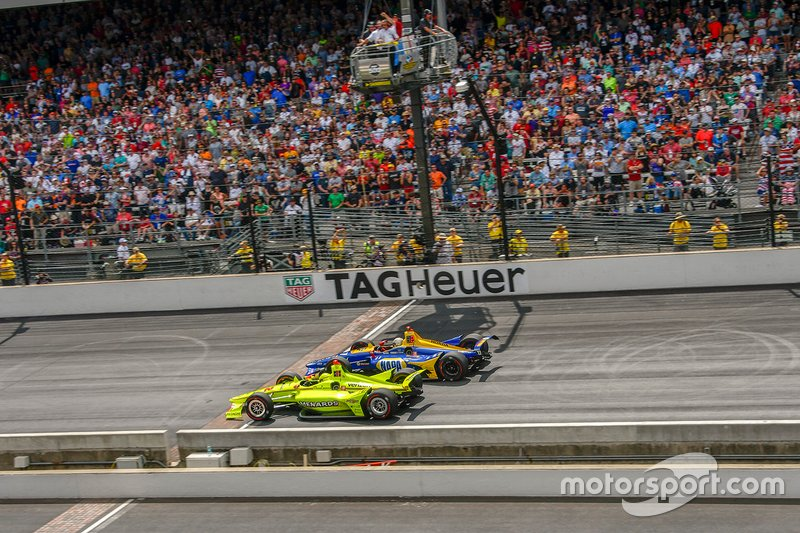 Race winner Simon Pagenaud, Team Penske Chevrolet battles with Alexander Rossi