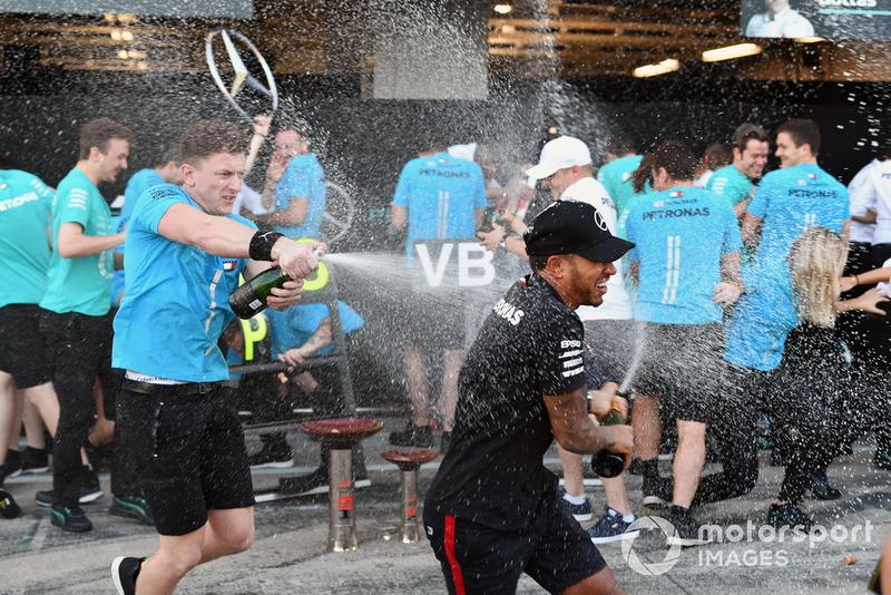 Lewis Hamilton, Mercedes AMG F1, festeggia con il team e lo champagne
