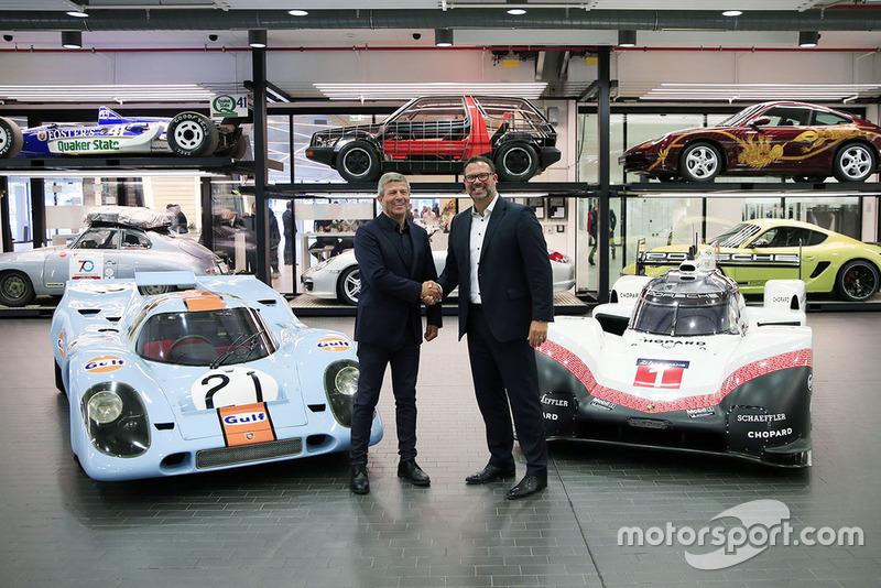 Fritz Enzinger, vice-président Porsche LMP1 Team, Achim Stejskal, directeur du musée Porsche, avec la Porsche 917 K et la Porsche 919 Hybrid Evo