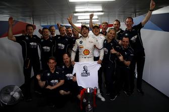 Il vincitore della gara #42 BMW Team Schnitzer BMW M6 GT3: Augusto Farfus with the team