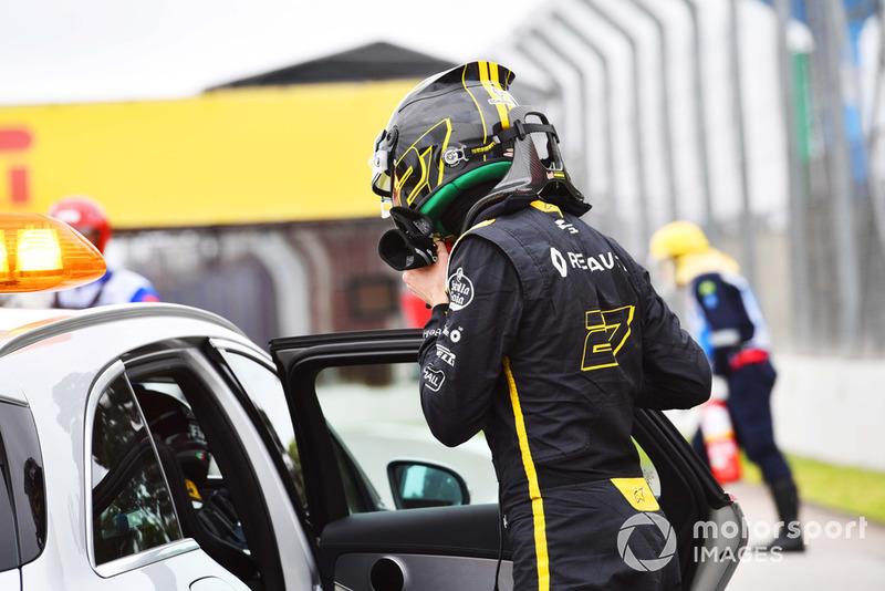 Nico Hulkenberg, Renault Sport F1 Team R.S. 18, sale sull'auto medica dopo l'incidente nelle FP2