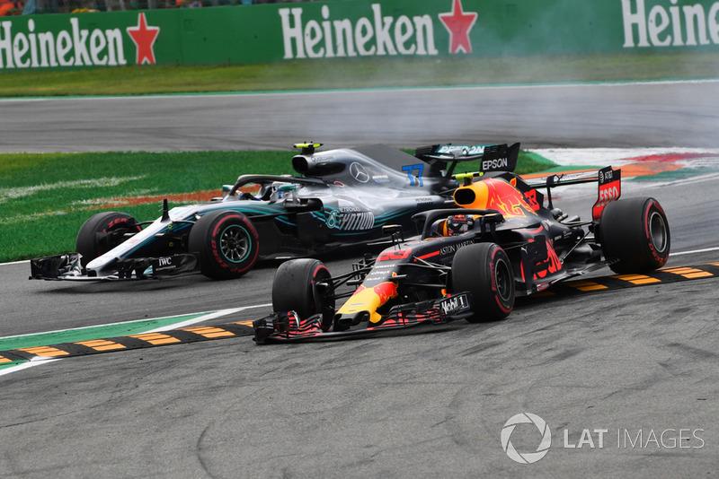 Verstappen Bottas ile mücadele ederken şikanı kesiyor