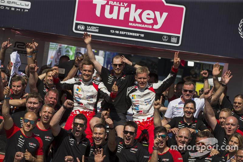 I vincitori Ott Tänak, Martin Järveoja, Toyota Gazoo Racing WRT Toyota Yaris WRC con il team