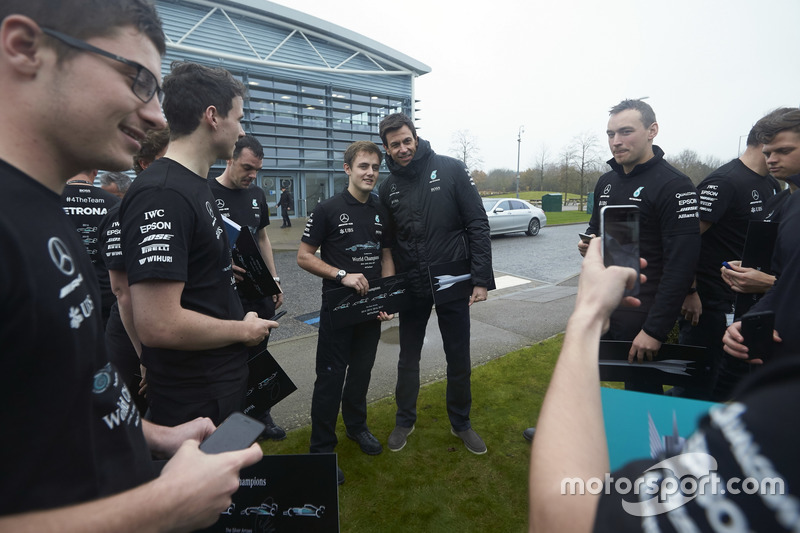 Toto Wolff, directeur exécutif Mercedes AMG F1 avec des membres de l'équipe
