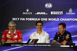 Maurizio Arrivabene, Ferrari Teambaas, Toto Wolff, Mercedes AMG F1 Director of Motorsport en Christian Horner, Red Bull Racing Teambaas in de persconferentie