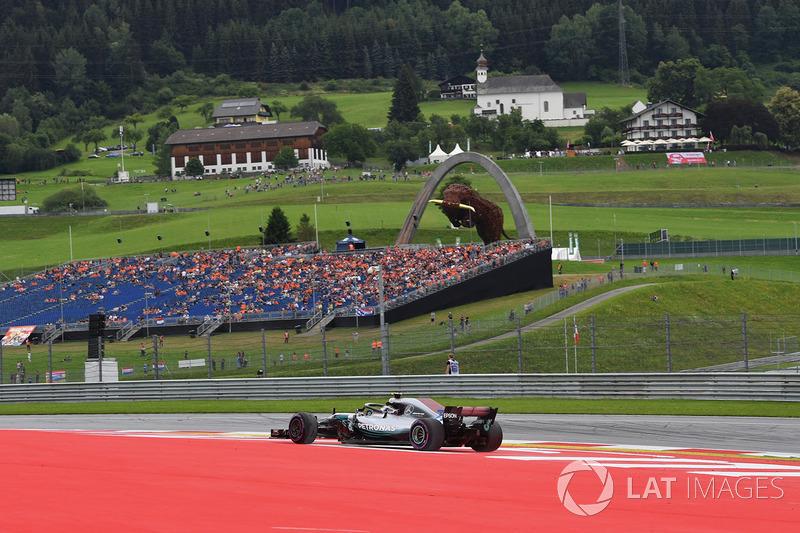 Valtteri Bottas, Mercedes-AMG F1 W09 runs wide