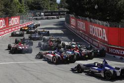 Josef Newgarden, Team Penske Chevrolet, guida il gruppo in curva 2