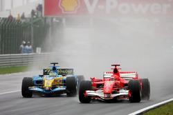 Michael Schumacher, Ferrari 248F1 batalla con Giancarlo Fisichella, Renault R26