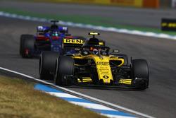 Carlos Sainz Jr., Renault Sport F1 Team R.S. 18, devant Brendon Hartley, Toro Rosso STR13
