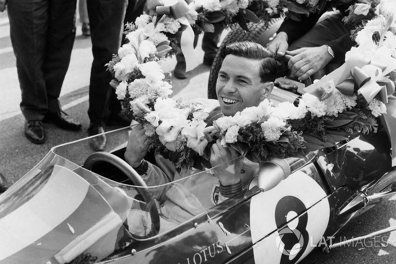 Jim Clark, Lotus 25 Climax, remporte la course et le titre mondial des pilotes et des constructeurs