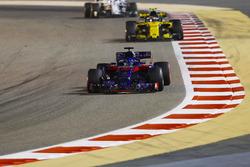 Brendon Hartley, Toro Rosso STR13 Honda, Carlos Sainz Jr., Renault Sport F1 Team R.S. 18