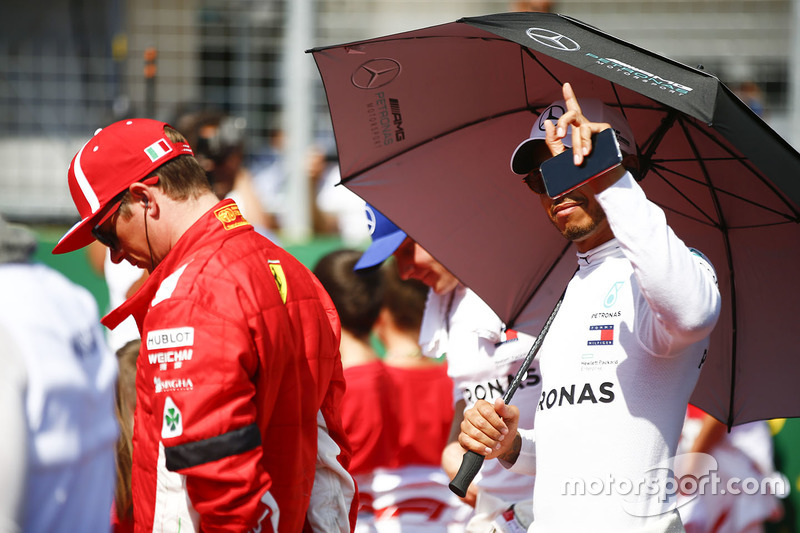 Kimi Raikkonen, Ferrari, y Lewis Hamilton, Mercedes AMG F1