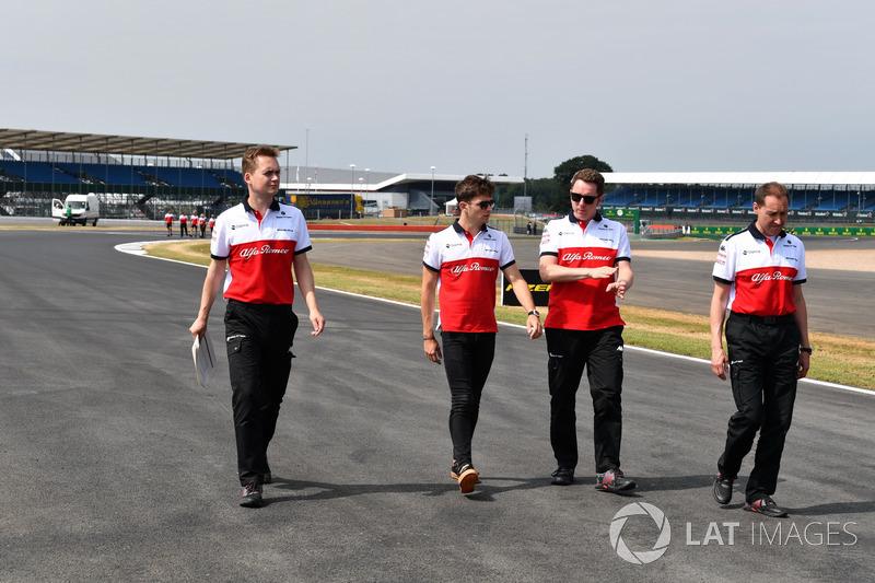 Charles Leclerc, Sauber, cammina lungo il circuito