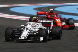 Charles Leclerc, Sauber C37 y Kimi Raikkonen, Ferrari SF71H