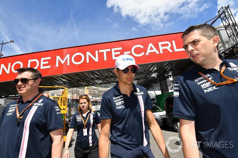 Esteban Ocon, Force India F1 cammina lungo il circuito
