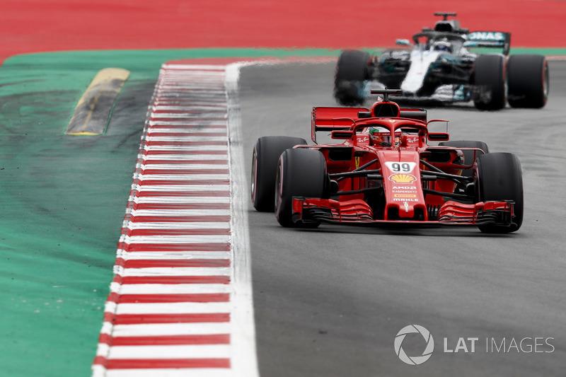 Antonio Giovinazzi, Ferrari SF71H, devant Valtteri Bottas, Mercedes AMG F1 W09