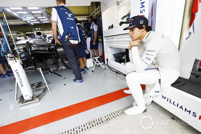 Lance Stroll, Williams FW40, espera por su coche