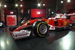 Себастьян Феттель, Ferrari, Кими Райкконен, Ferrari и Маурицио Арривабене, руководитель команды Ferrari