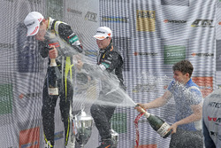 Подіум: переможець Ландо Норріс (Carlin Dallara F317 Volkswagen), третій призер Джоі Моусон (Van Amersfoort Dallara F317 Mercedes-Benz)