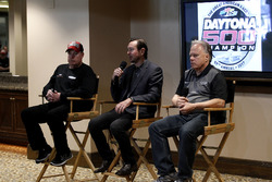 Tony Gibson, Crewchief; Kurt Busch, Stewart-Haas Racing, Ford; Gene Haas, Teambesitzer, Stewart-Haas