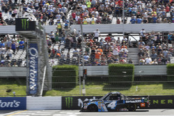 Christopher Bell, Kyle Busch Motorsports Toyota toma la bandera a cuadros