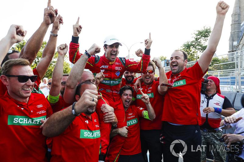 Lucas di Grassi, ABT Schaeffler Audi Sport, celebra con su equipo después de ganar el Campeonato