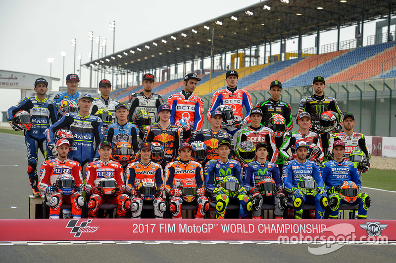 photo de groupe avec tous les pilotes de la saison 2017 de motogp gp du qatar photos motogp. Black Bedroom Furniture Sets. Home Design Ideas