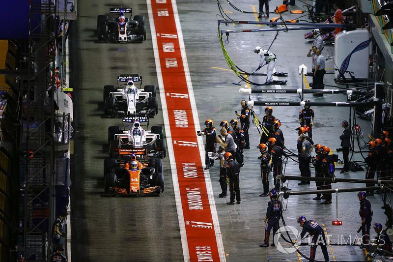 En este lento paso por boxes, su equipo revisó el MCL32 de Alonso
