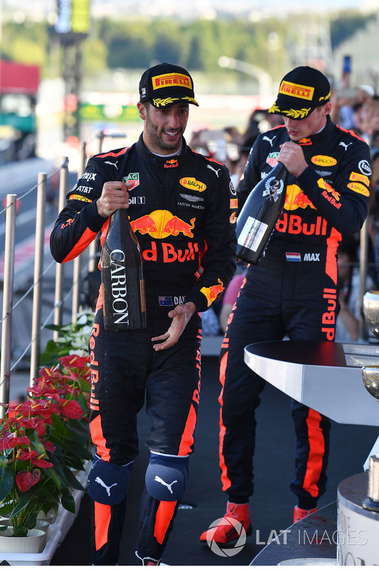 Daniel Ricciardo, Red Bull Racing en Max Verstappen, Red Bull Racing op het podium met champagne