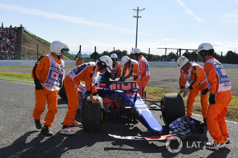 Marshals recover the car of race retiree Carlos Sainz Jr., Scuderia Toro Rosso STR12