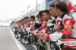 Para pembalap di pit lane