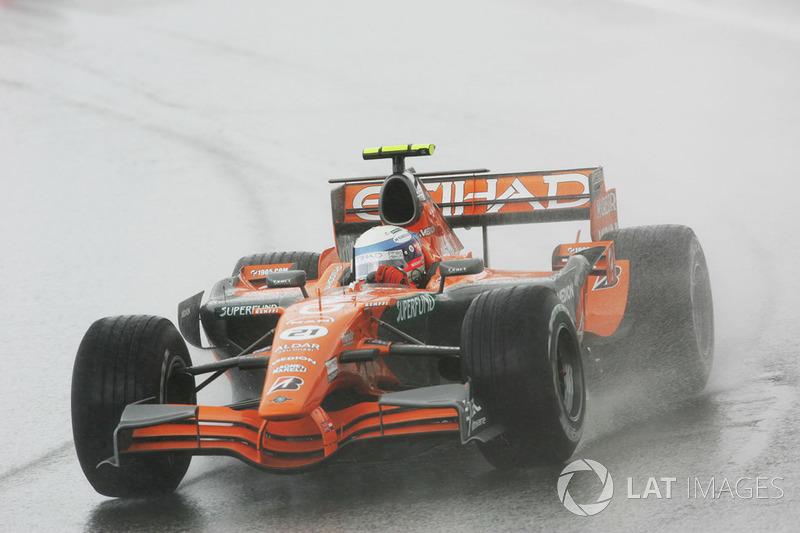 ... Markus Winkelhock, der nach der Aufwärmrunde Regenreifen abholt