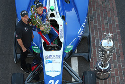 Winner Takuma Sato with team owner Michael Andretti, Andretti Autosport Honda