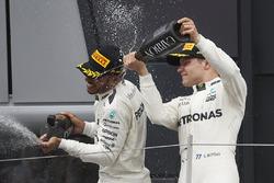 Ganador de la carrera Lewis Hamilton, Mercedes AMG F1, Valtteri Bottas, Mercedes AMG F1 en el podio