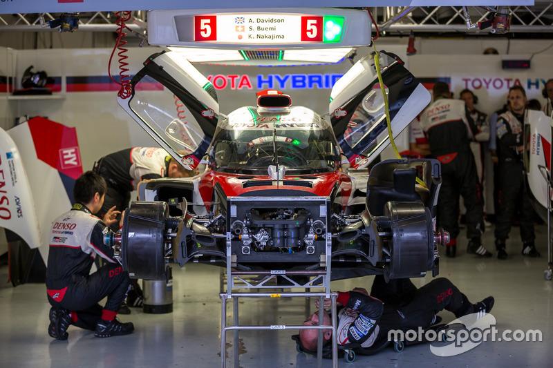 Early retirement for the #5 Toyota Racing Toyota TS050 Hybrid: Sébastien Buemi, Kazuki Nakajima