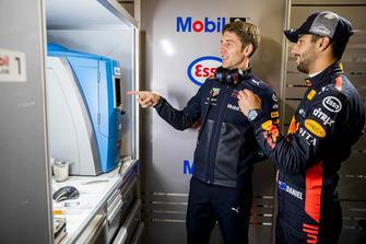 Daniel Ricciardo, Red Bull Racing con un ingegnere Red Bull Racing ExxonMobil