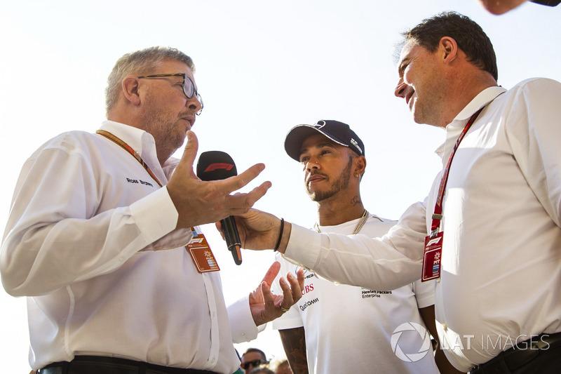 Lewis Hamilton, Mercedes-AMG F1 con Ross Brawn, director deportivo de la FOM y James Allen